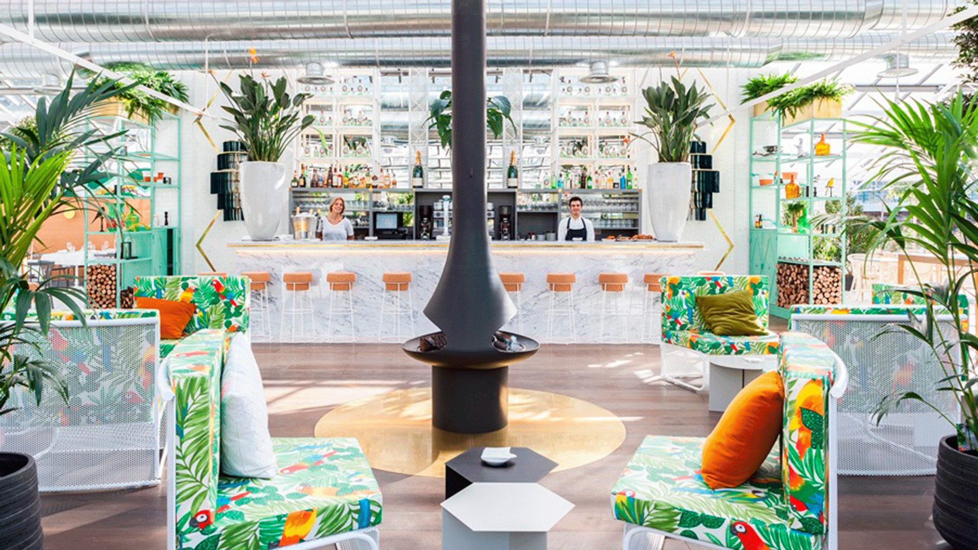 Interior y barra del restaurante El Invernadero Los Peñotes