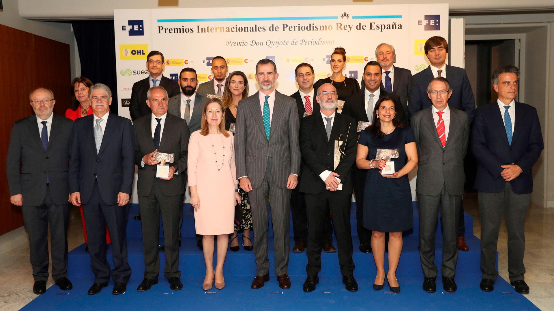 Foto de los premiados en los XXXV Premios Rey de España con el Rey Felipe VI y la ministra Ana Pastor