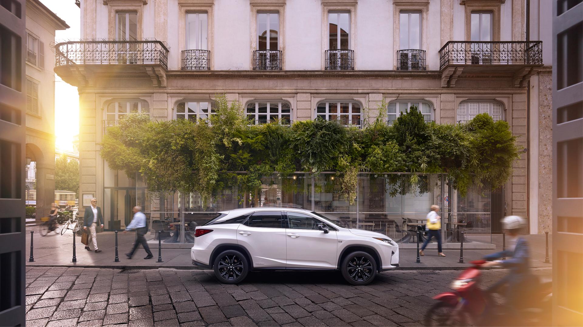 El Lexus RX 450h Híbrido en color blanco aparcado en la calle