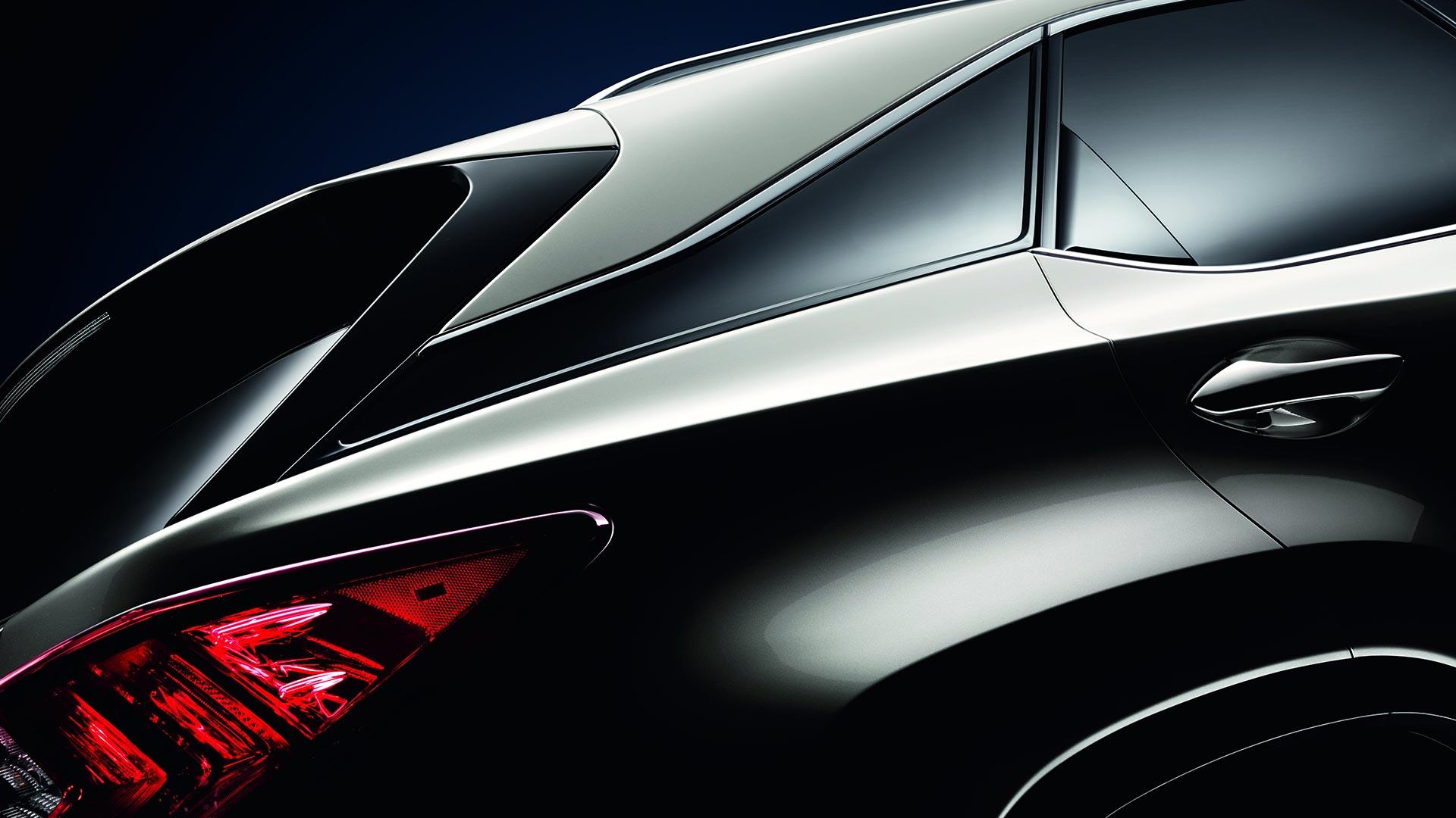 Затемненные задние стойки которые создают эффект парящей крыши и задние фонари кроссовера Lexus RX