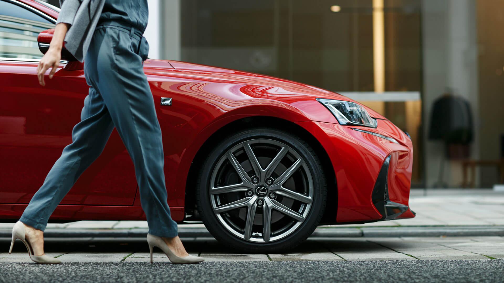 Voorkant van een rode Lexus IS 300h