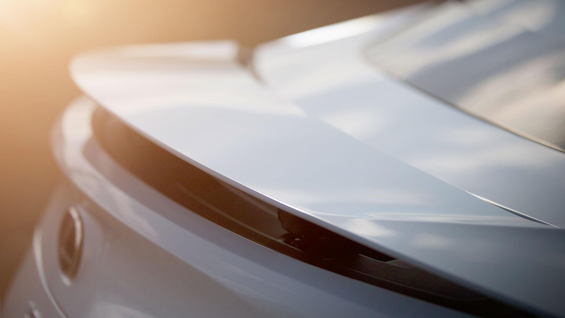 Achterkant van een witte Lexus LC 500h