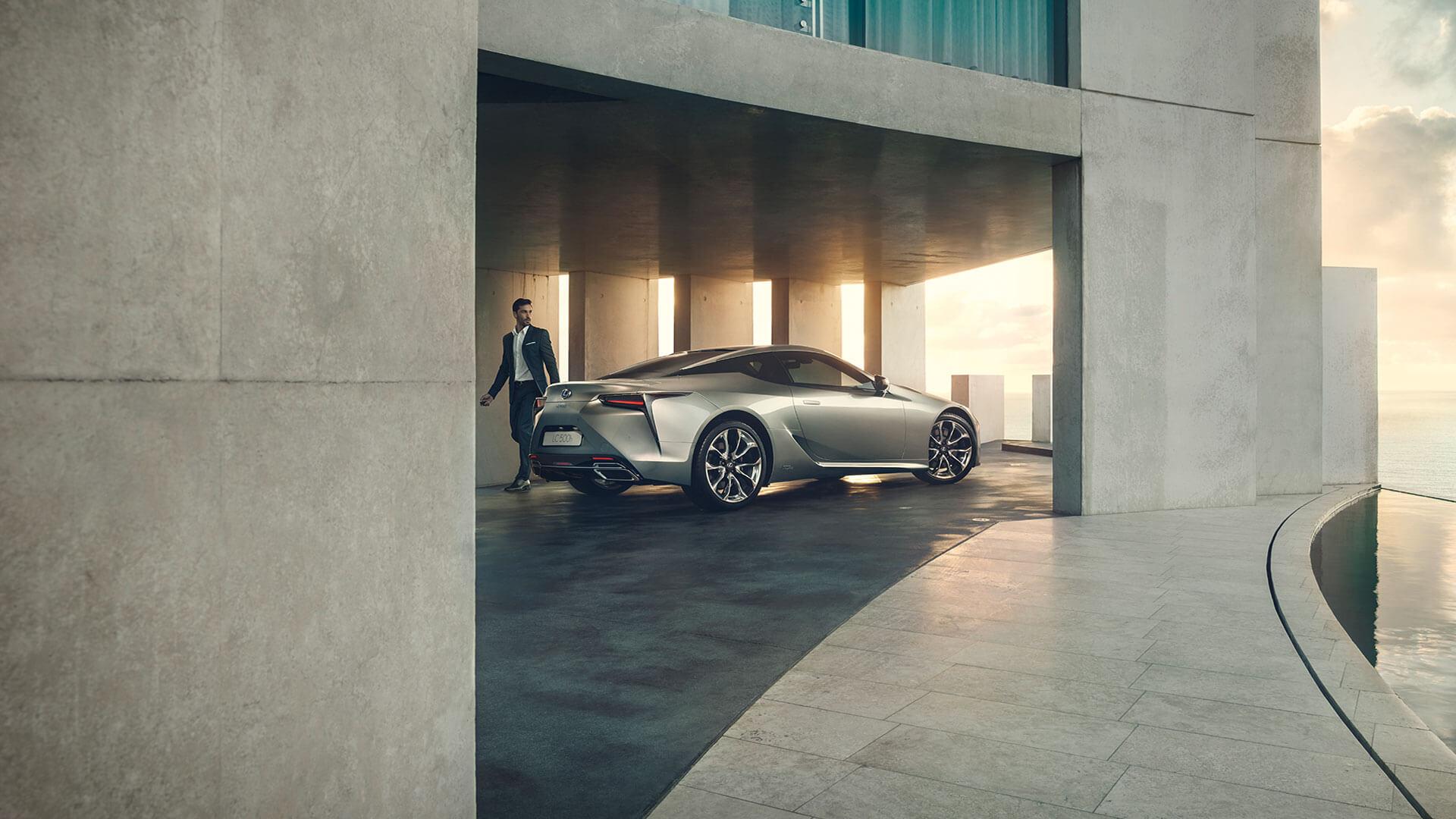Zijkant van een grijze Lexus LC 500h