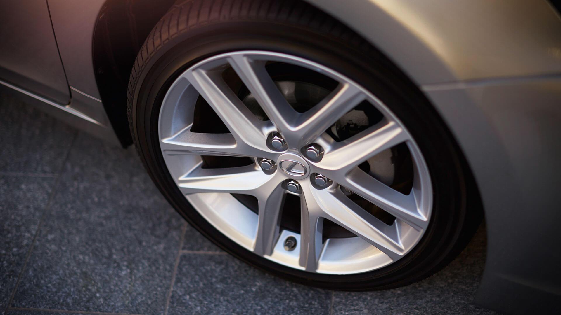 velg van een grijze Lexus CT 200h