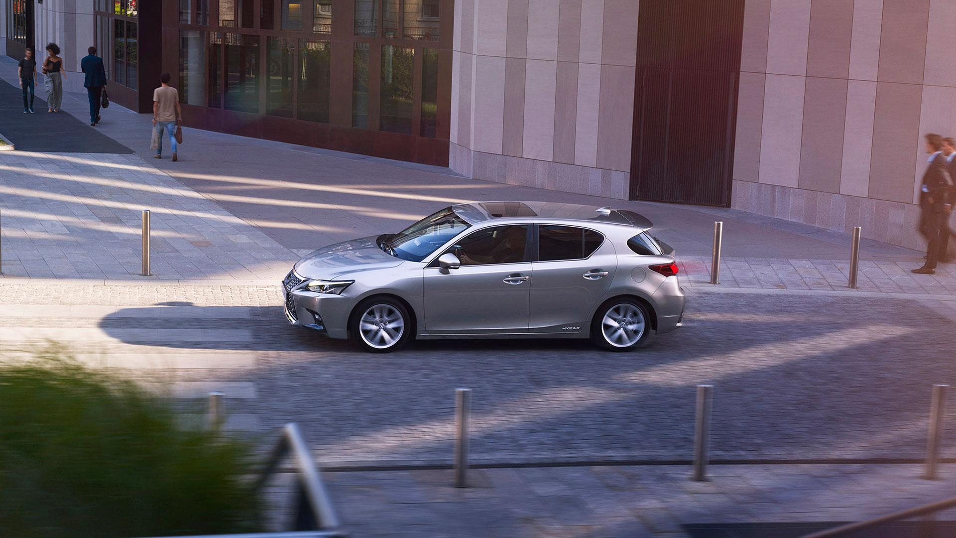 zijkant grijze Lexus CT 200h