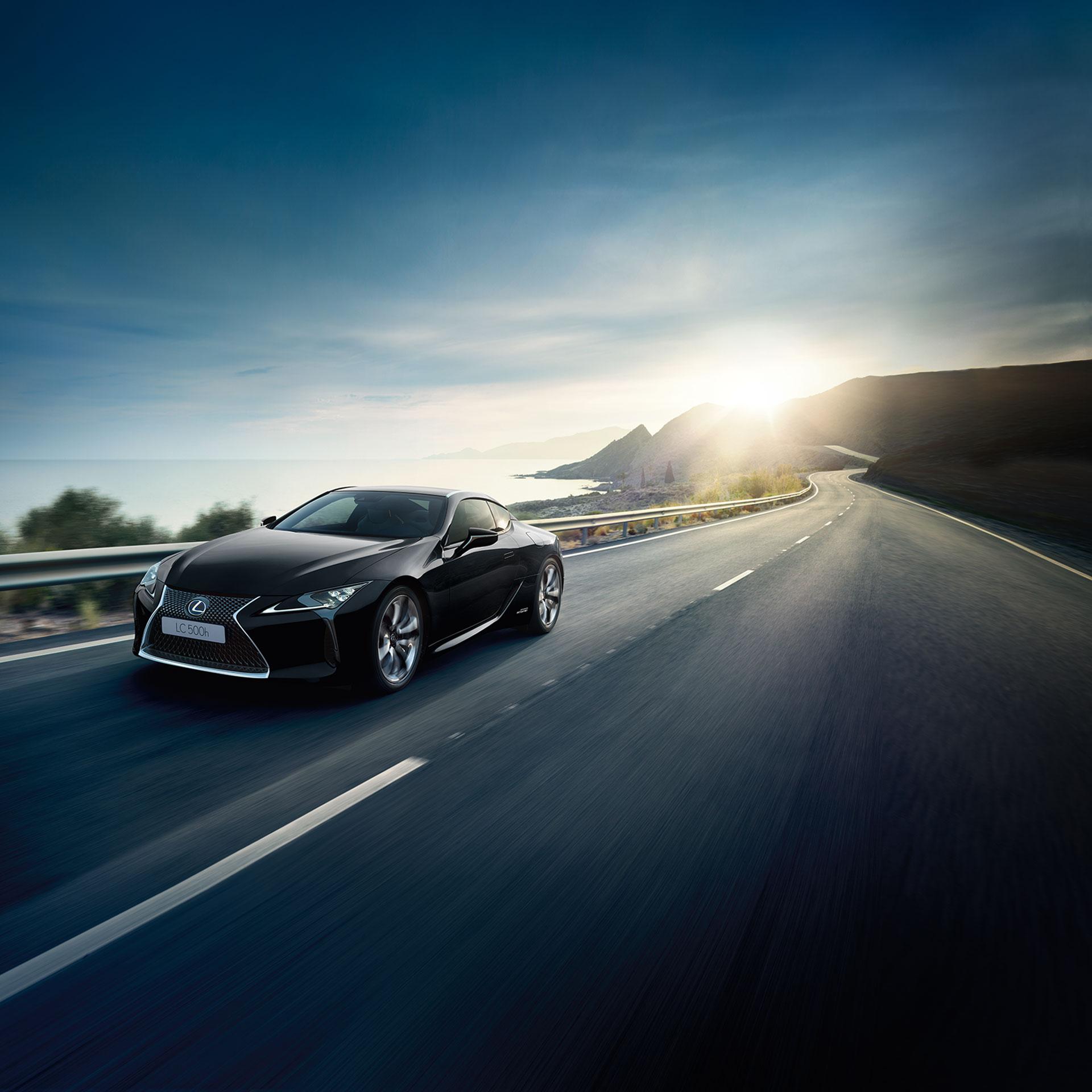 Sort Lexus LC 500h selvladende hybrid sportssedan kommer kjørende