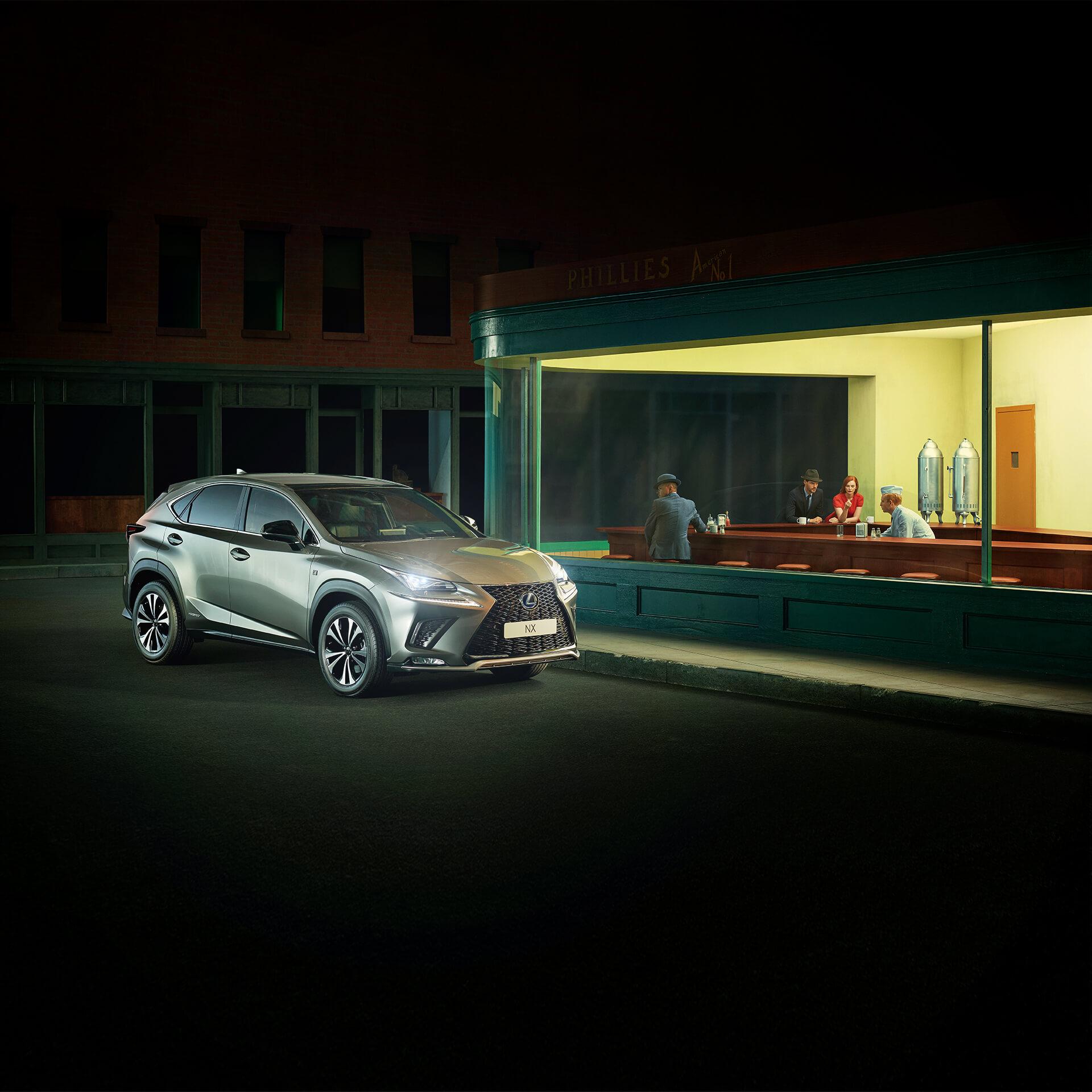 Lexus NX selvladende hybrid parkert utenfor en cafe