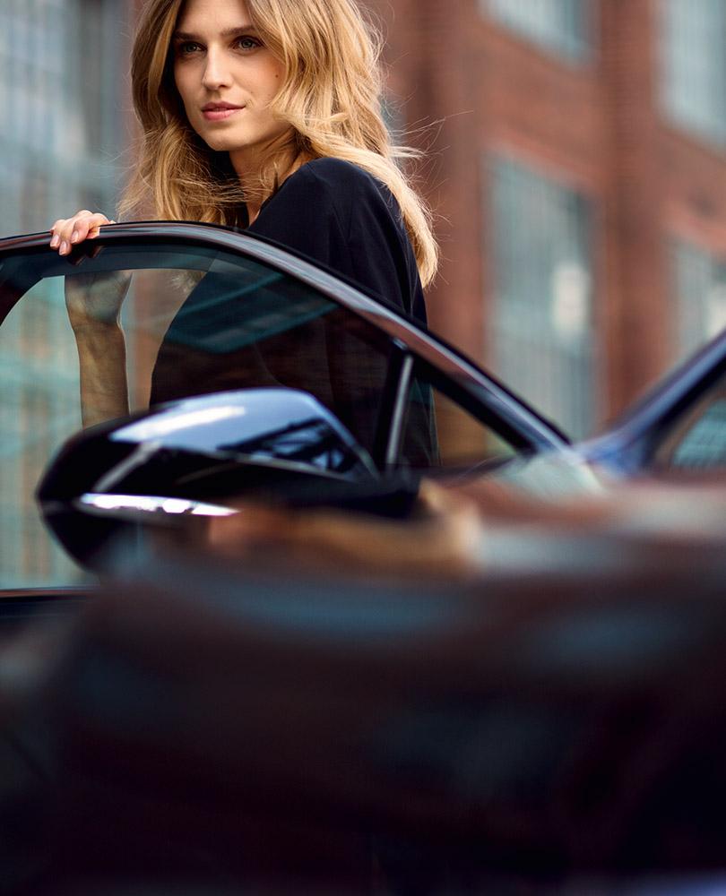 Kvinne går ut av en Lexus bilmodell Omotenashi beskriver Lexus hemmelig ingrediens