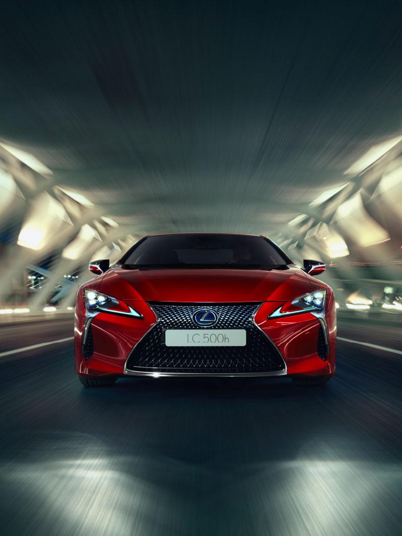 Rød Lexus LC 500h sportssedan selvladende hybrid sett forfra