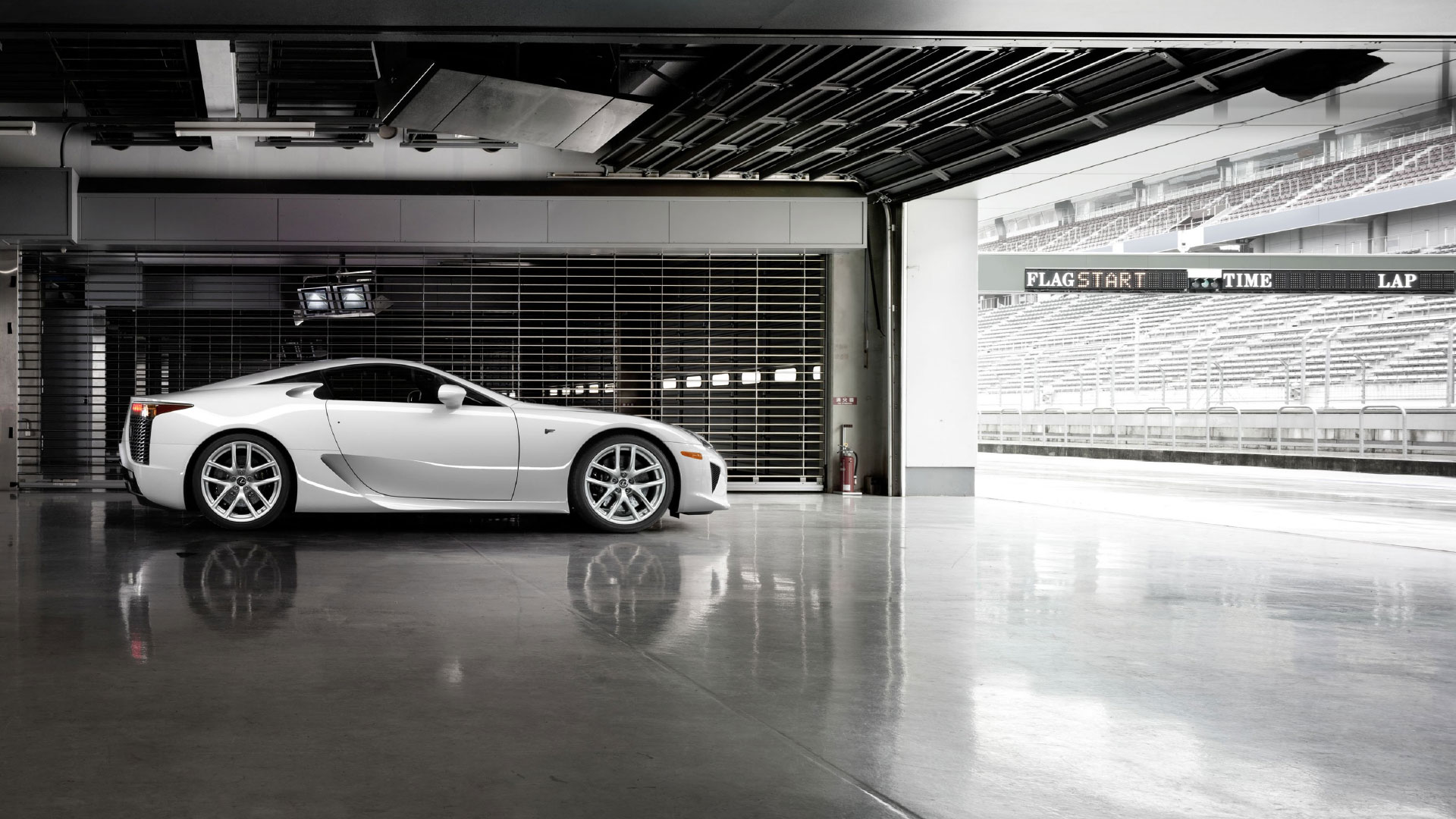 Lexus ikoniske superbilen LFA sett fra siden Her i hvit parkert i garasjen ved kjørebanen
